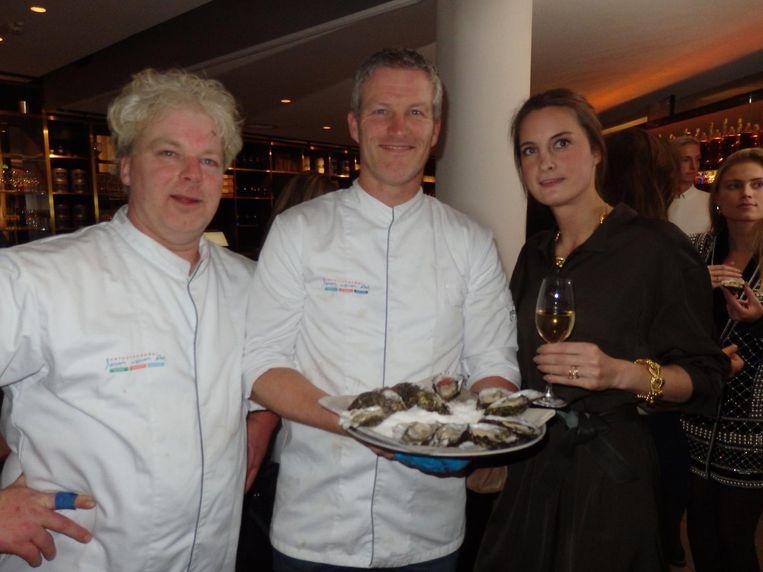 Jakob en Jan Doorn (Vishandel Jan van As) geven Fleur gravin Festetics de Tolna oesterles. Gelukt: 'Ik ben verslaafd' Beeld Schuim