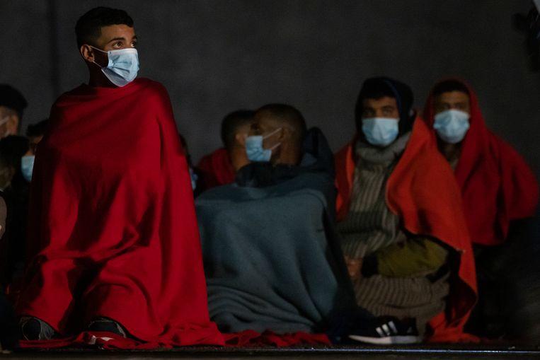 Vluchtelingen in het Spaanse Gran Canaria na hun oversteek naar Spanje.  Beeld Getty Images
