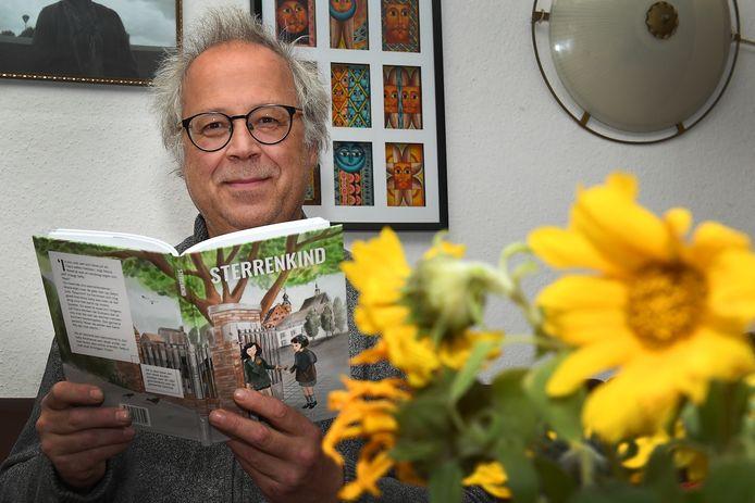 Gerard Sonnemans met deel twee van een reeks kinderboeken over de geschiedenis van Gennep, geschreven in opdracht van de gemeente.