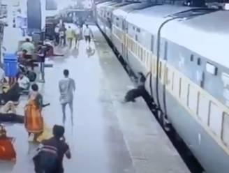 Moeder en baby vallen tussen rijdende trein en perron
