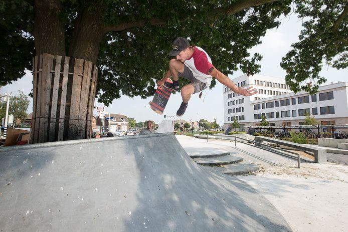 Skateboarder Patrick van Vugt test het nieuwe park uit