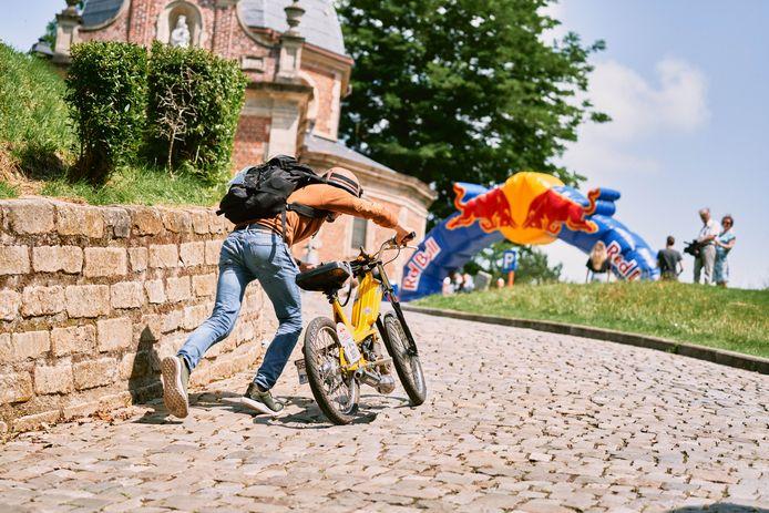 De deelnemers moesten onder meer hun brommer om ter snelst de Muur van Geraardsbergen opduwen.