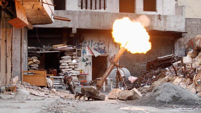 Een mortier van strijders het 'Vrije Syrische Leger' in Aleppo, eind 2013.