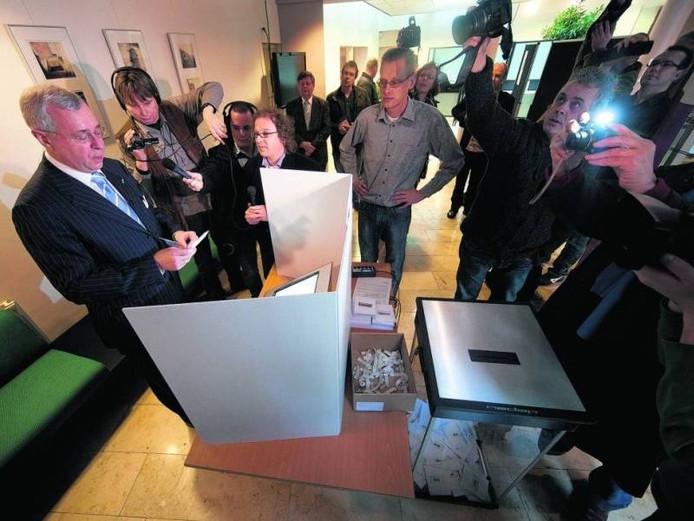 De Nedap-computerstemproef in Oost Gelre bij de gemeenteraadsverkiezingen in 2010 met burgemeester Heijman.