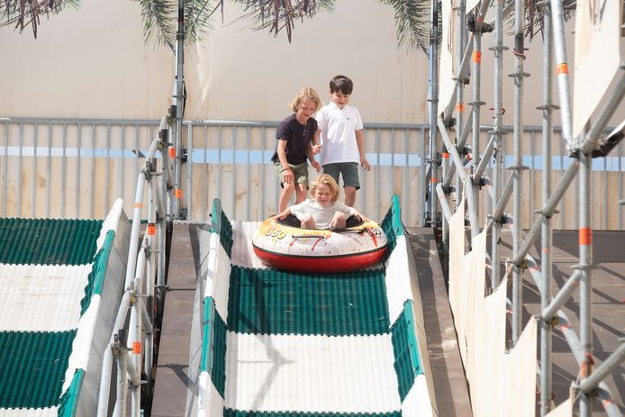 Kinderen kunnen zich uitleven op een dubbele glijbaan.