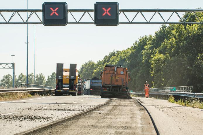 De A27 bij Lexmond werd volledig afgesloten nadat de tank van een vrachtwagen was leeggelopen op de snelweg. Een groot deel van het asfalt moet worden vervangen.