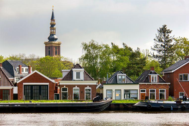Uitzicht op huisjes langs het Eemskanaal en de kerk van Farmsum. Beeld Sander Groen