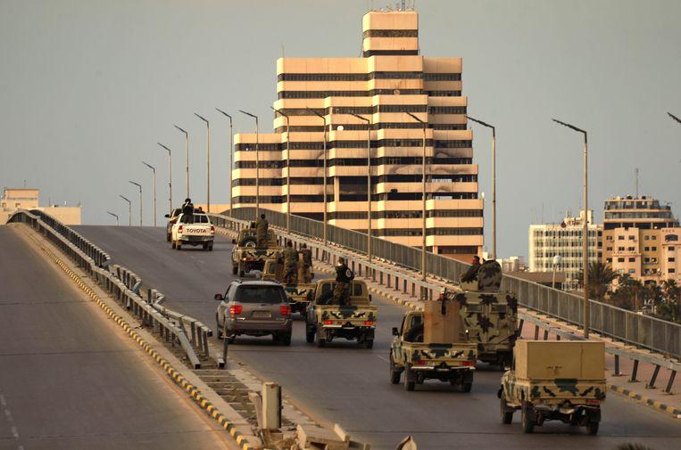 Het coronavirus doet de strijd in Libië opleven. Strijders van generaal Khalifa Hafta patrouilleren in de oostelijke stad Benghazi.  Beeld AFP