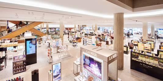 55f333572e3 Overzicht van de cosmetica-afdeling van de Bijenkorf in Rotterdam, de  grootste van Nederland