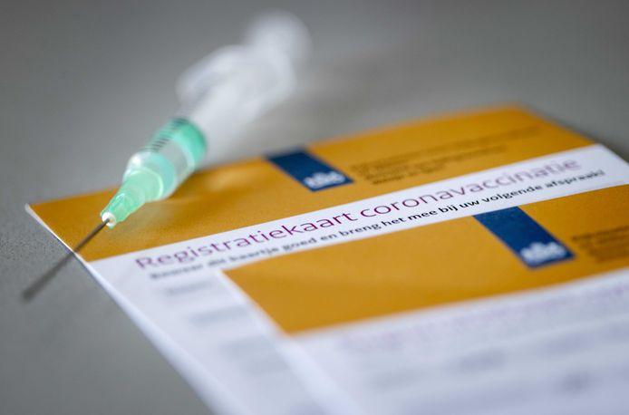 Wel of niet laten vaccineren? Ook bij FC Twente en Heracles levert dat discussies op in de kleedkamer.