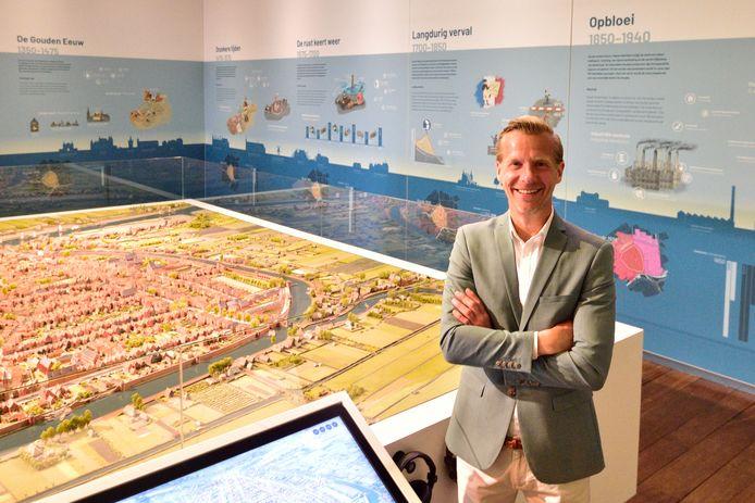 Marc de Beyer, directeur Museum Gouda, in de pas vernieuwde hal met de maquette van de stad en de nieuwe muur met infografics over de geschiedenis van Gouda en het nieuwe interactieve scherm in vijf talen.