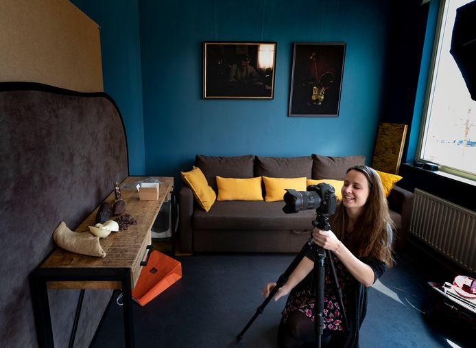 Stadskunstenaar Tahné Kleijn maakte gratis stillevens om Helmondse ondernemers te steunen in coronatijd.