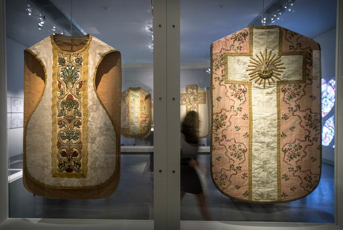 In een van de benedenzalen is een expositie te zien van 18-eeuws kazuifels (priestergewaden)