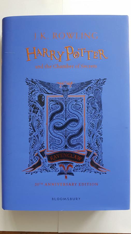 Harry Potter and the chamber of secrets, speciale jubileumuitgave met Ravenclaw op de kaft. Te koop bij Susie Szulyovszky op de Deventer boekenmarkt.