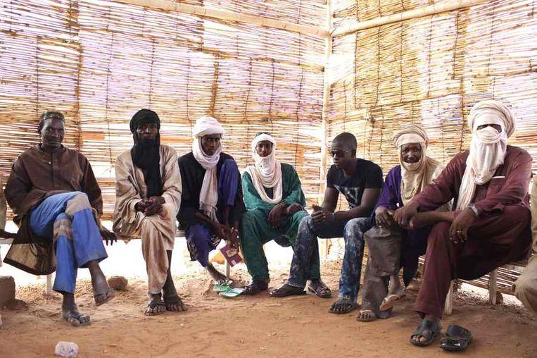 Mannen wachten op medische hulp bij het ziekenhuis in Arlit.<br /><br />De stad Arlit in Niger is nog niet veel beter geworden van de lucratieve mijnenindustrie daar. Arlit werd in 1969 opgericht na de vondst van uranium, waarna Frankrijk er de mijnenindustrie ontwikkelde. Nu zijn er twee grote uraniummijnen, in Arlit - waar inmiddels zo'n 117.000 mensen wonen - en in het nabijgelegen Akouta.<br /><br />Maar de inwoners van Arlit zelf zijn daar niet veel rijker van geworden. Hun stad, gelegen tussen het Aïr-gebergte en de Sahara, is stoffig en verwaarloosd. Bovendien zijn er, volgens een rapport van Greenpeace, nog steeds te hoge radioactieve stralingen nabij de Nigeriaanse mijnen. Beeld reuters