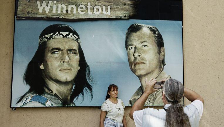 Bezoekers poseren bij een schilderij naar de film gebaseerd op de boeken van Karl May over Winntetou (links) en zijn vriend Old Shatterhand (rechts). Beeld Daniel Rosenthal