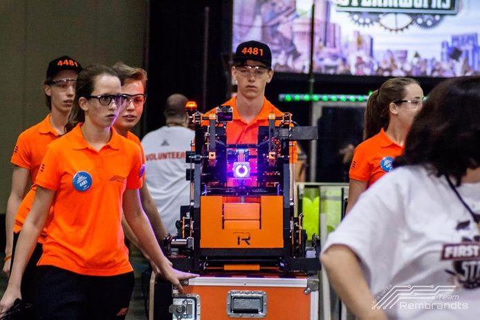Leden van team Rembrandts met robot William.