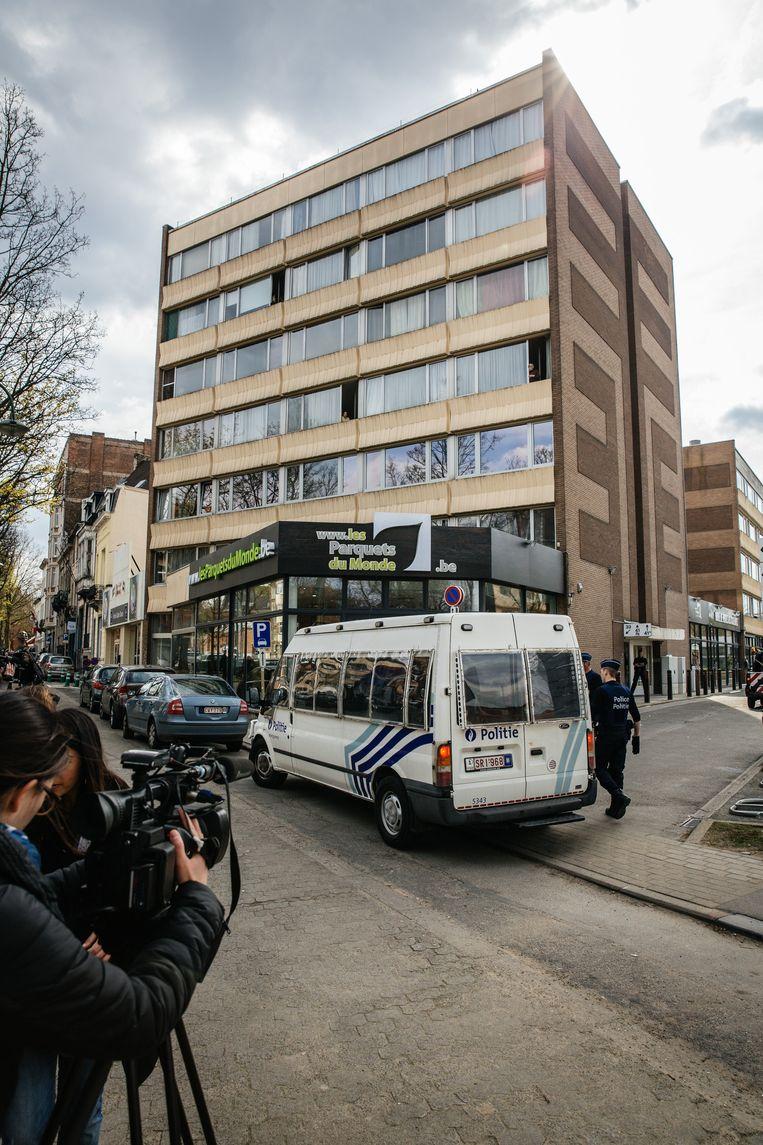 In de Kazernelaan in Etterbeek zocht de politie zaterdag een nieuw safehouse. Beeld WOUTER VAN VOOREN