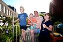 """Jet Bijl, Vincent Beenhakker, Teun (5) en Morris (4) uit Rotterdam. Jet: ,,We zeggen wel eens tegen elkaar dat we dit werk niet hadden kunnen doen als onze ouders er niet waren geweest om bij te springen."""""""