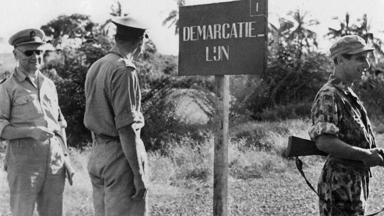 Generaal Kruls op inspectie. Hier brengt hij een bezoek aan de demarcatielijn nabij Semarang. Deze lijn moest de strijdende troepen uit elkaar houden. In december 1948 zal Nederland de 2e Politionele Actie beginnen. Beeld ANP