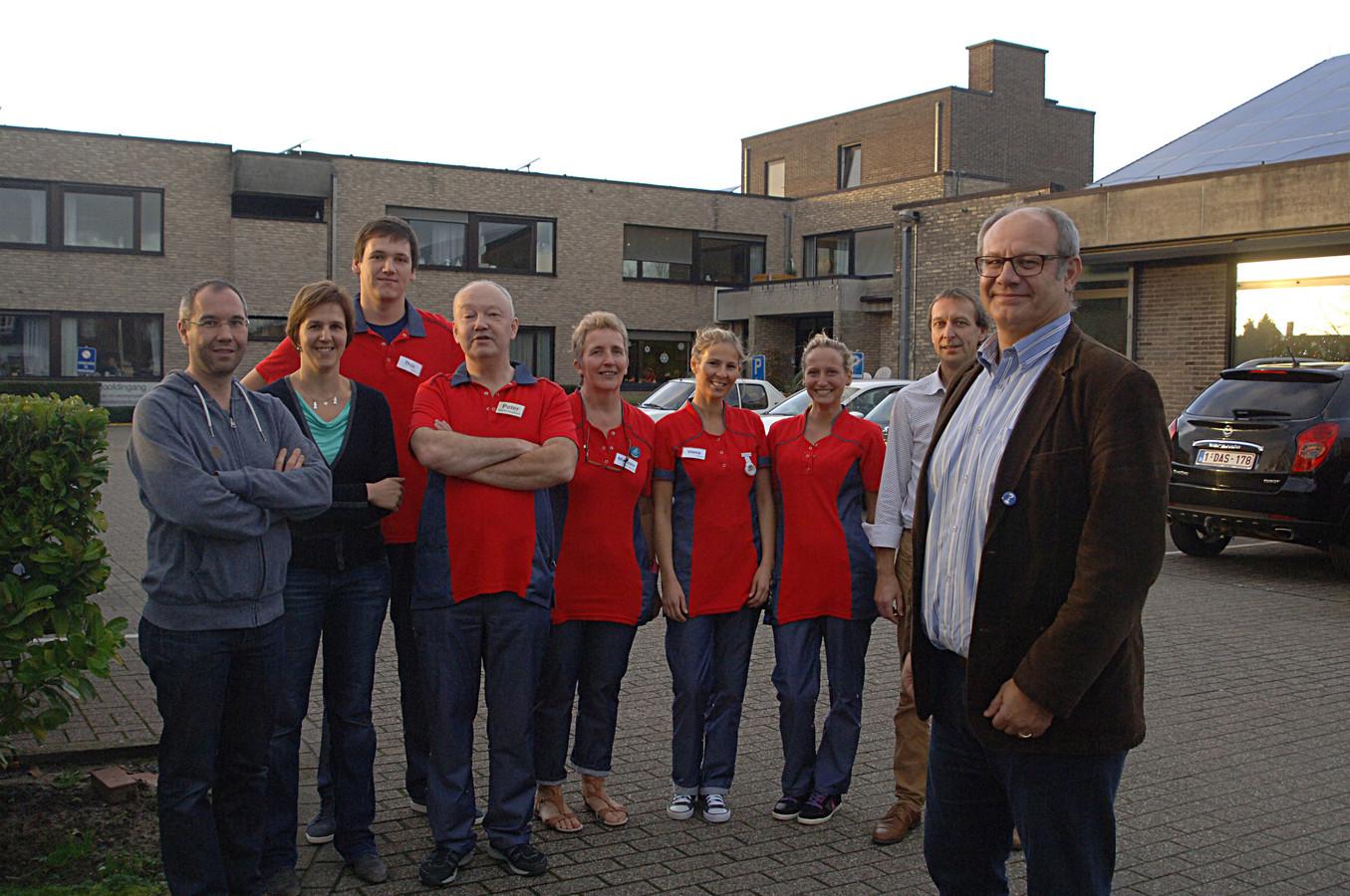 Schepen Filiep De Vos (rechts) met personeelsleden van rusthuis Ter Lembeek, op een archiefbeeld.