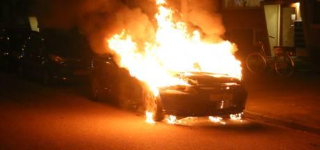 Geparkeerde auto uitgebrand aan de Aaltje Noordewierstraat