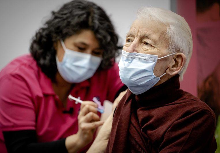 De GGD is gisteren, in Apeldoorn, begonnen met het vaccineren van de eerste mobiele, thuiswonende 90-plussers.  Beeld ANP