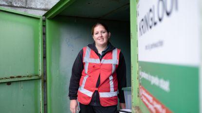 Hergebruikparkwachter redt spullen van afvalcontainer