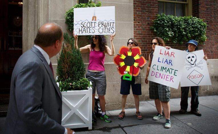 Protest tegen Pruitt bij een geplande speech voor de Harvard Club in New York, die Pruitt uiteindelijk heeft afgezegd. Beeld EPA