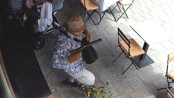 Beelden van een bewakingscamera, van Der op het terras aan de Beethovenstraat.