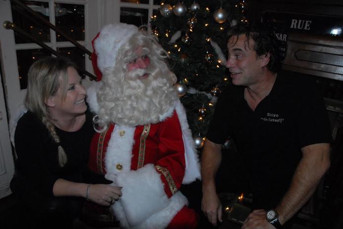 Esther en Erwin de Vogel hebben een onderonsje met de Kerstman tijdens een benefietavond in Bistro de Eeterij