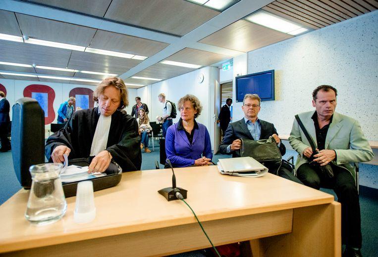 Advocaten Nico Meijering, tweede van rechts en Leon van Kleef , rechts Beeld Hollandse Hoogte /  ANP