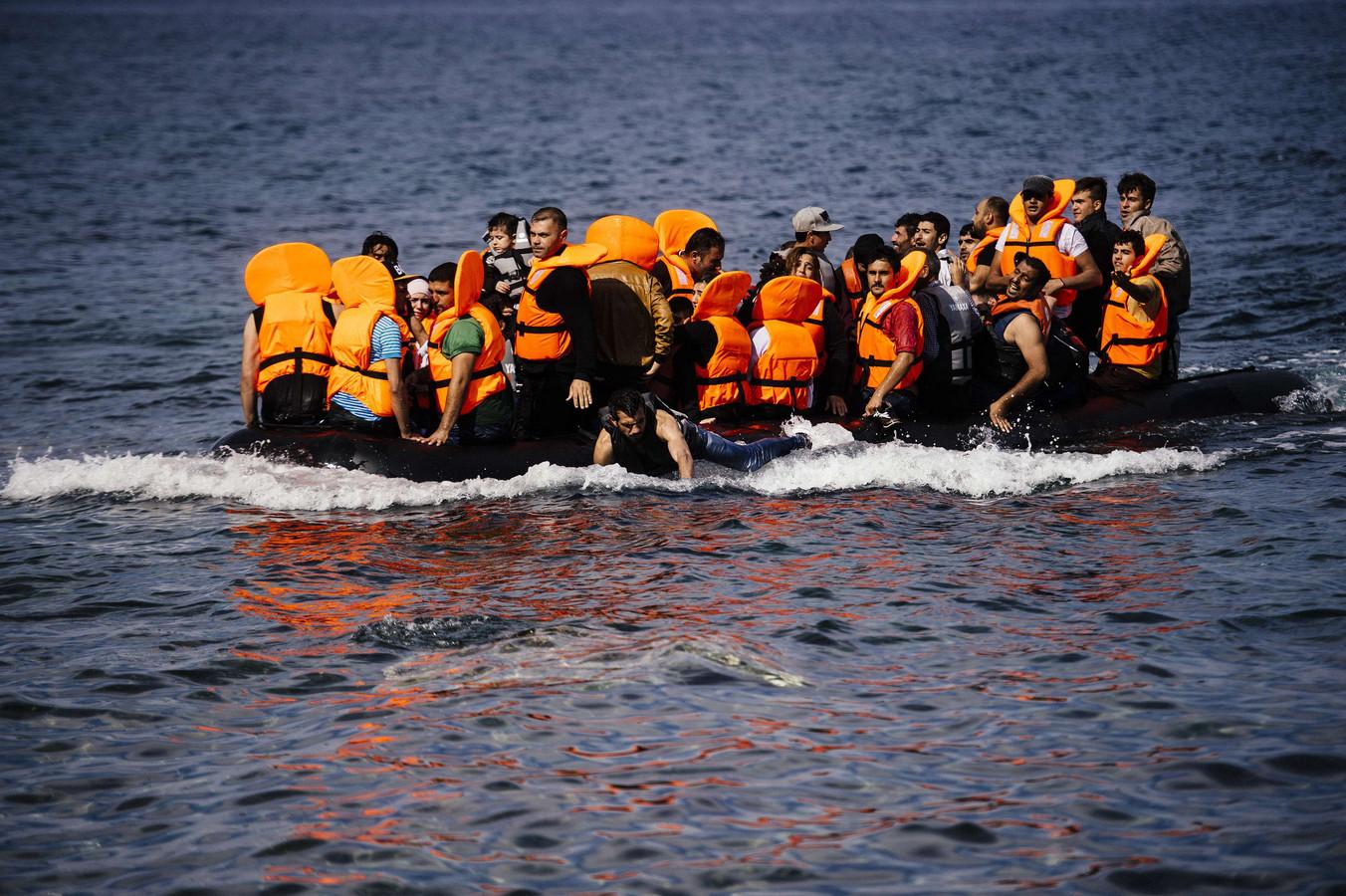 Vluchtelingen komen aan op het Griekse eiland Lesbos.