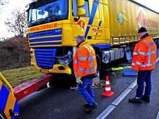 Auto geramd door vrachtwagen op N279 bij Asten, weg tot in de avond dicht