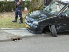 Veel schade bij botsing met twee auto's in Enschede, inzittenden ongedeerd