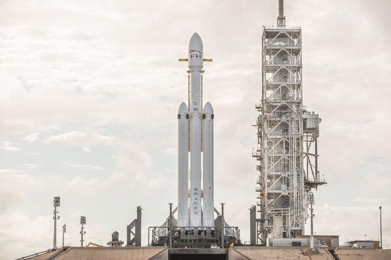 De Falcon Heavy staat klaar in zijn lanceerplatform in het Kennedy Space Center in Florida. Het is nu wachten tot de raket de hoogte inschiet. Beeld Twitter Space X