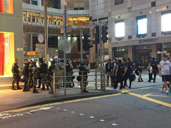 Ook vandaag is er veel politie op straat in Hongkong.