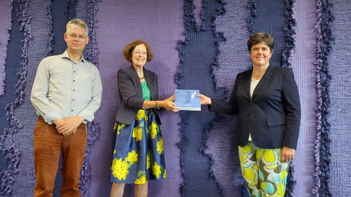 Han Bos, de partner van Van Ham,  Johanna Jacobs en Commissaris van de Koning Ina Adema.