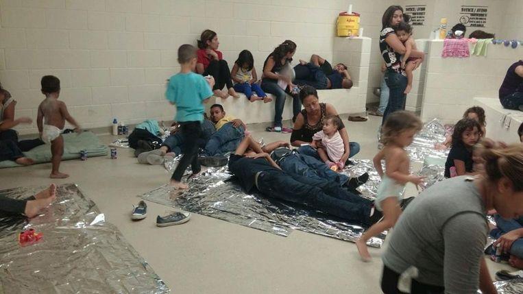 Illegale immigranten in een opvangcentrum in Texas.