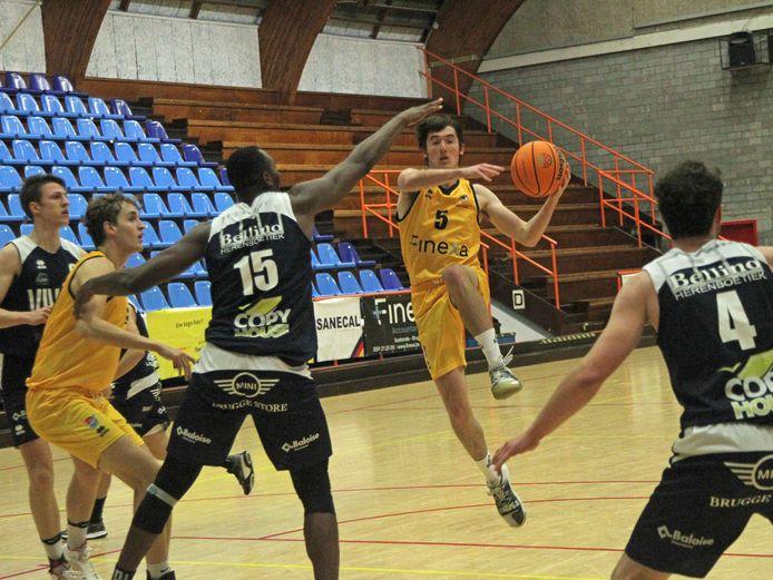 Leigh Enobakare van Basket Sijsele probeert nog Jarne Vandenabeele het scoren te beletten.