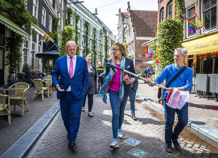 Minister Ferd Grapperhaus van Justitie in gesprek met Monique de la Fressange tijdens een werkbezoek aan COC Nederland en Transgender Netwerk Nederland (TNN). De minister gaat in gesprek over de aanpak van geweld tegen lhbti'ers. Beeld ANP