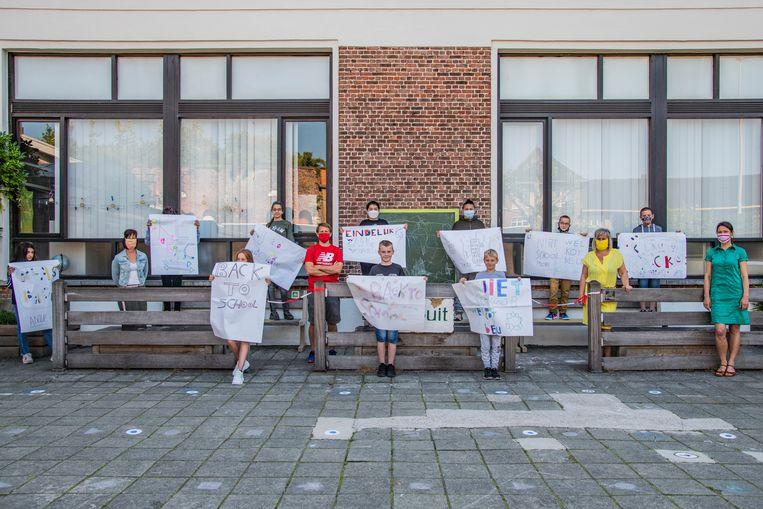 De kinderen van buitengewoon basisonderwijs Het Laar met de leuke affiches.