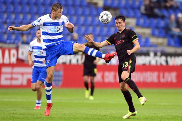 PEC-verdediger Siemen Voet bleef, net als de rest van de Zwolse defensie, lange tijd overeind tegen Ajax. Daar kon ook Steven Berghuis niks aan veranderen.