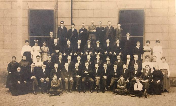 Het team dat de krant maakte in 1921 bij de viering van het 150-jarig bestaan:  38 mannen 14 vrouwen  en 3 jongens