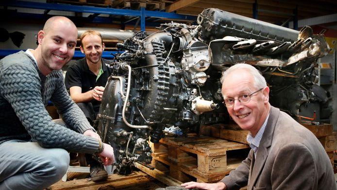 De vliegtuigmotor van het in '44 neergestorte toestel. Antoine de Zeeuw, Arjan Wemmers en Jan Boele (vlnr) van de stichting.