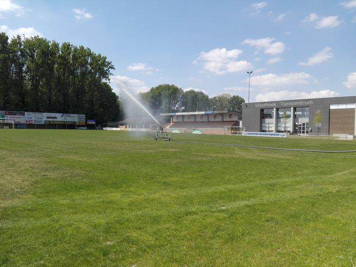 De Ieperse groendienst houdt zich aan het captatieverbod en gebruikt gezuiverd afvalwater voor het besproeien van de sportvelden.