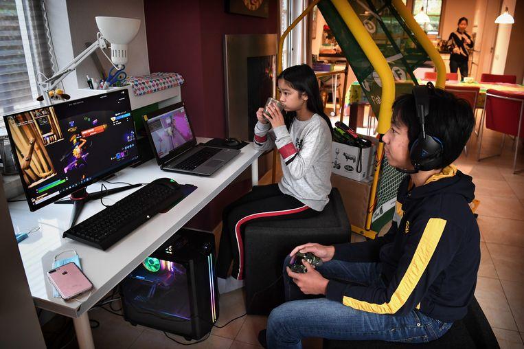 Een broer en zus aan het gamen. De gamesindustrie boekte in het derde kwartaal in de VS een recordomzet van 11,2 miljard dollar. Beeld Marcel van den Bergh / de Volkskrant