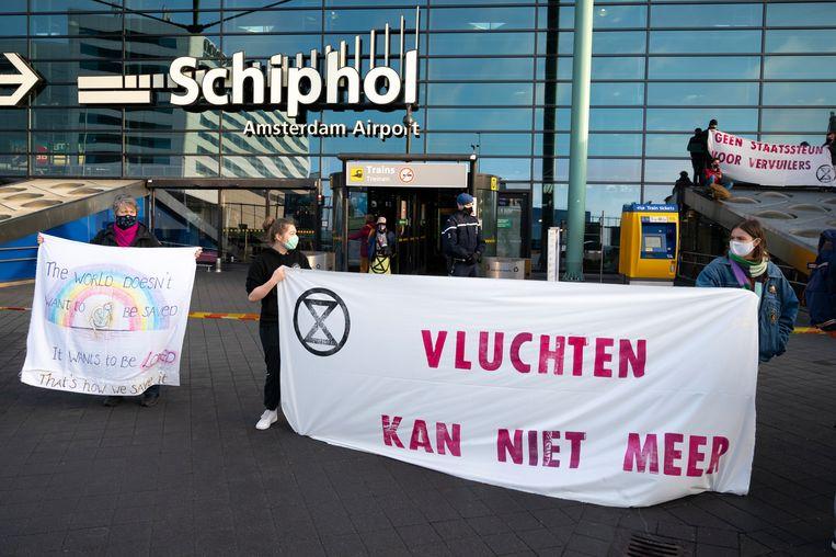 Aanhangers van Extinction Rebellion tijdens een eerder protest op luchthaven Schiphol.  Beeld