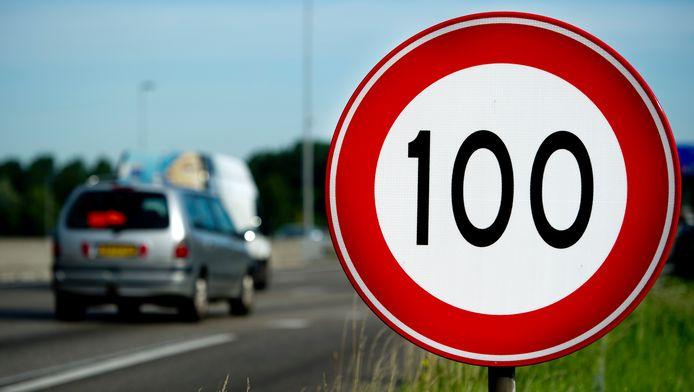 100 kilometer per uur wordt tussen 06.00 uur 's ochtends en 19.00 uur 's avonds de nieuwe limiet op Nederlandse snelwegen