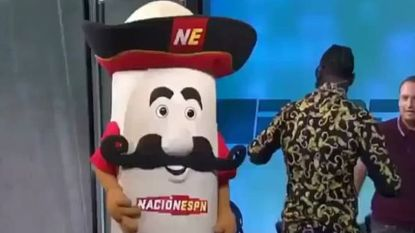 Show loopt volledig uit de hand: bokskampioen slaat mascotte plots het ziekenhuis in